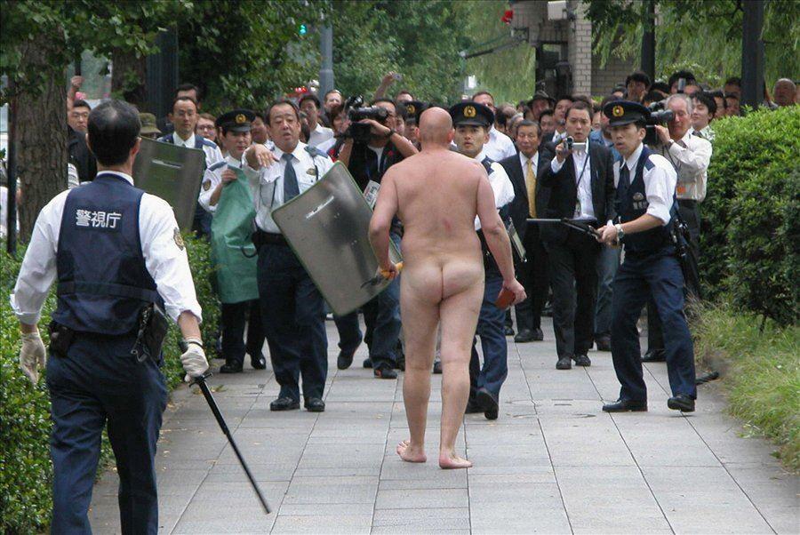 В Токио задержан мужчина, который голышом купался во рву, окружающем дворец