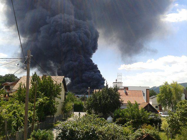 V podjetju Surovina na Teznem v Mariboru je okoli 13. ure izbruhnil požar. Na kraju je slišati detonacije, zato policija prosi ljudi, naj se kraju požara ne približujejo.